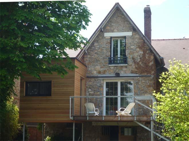 Extension en bois d'une meulière et terrasse