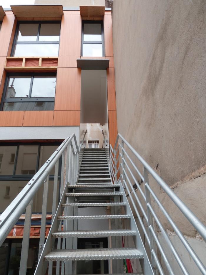 Trois maisons de ville, duplex et studio : escalier d'accès duplex et studio