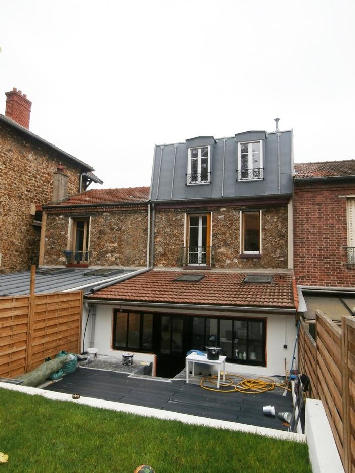 Surélévation des combles d'une maison en meulière : Façade côté jardin
