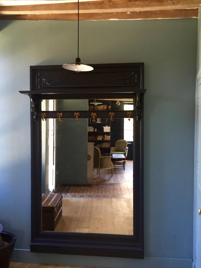 maison de campagne : vestibule avec miroir d'entrée chiné