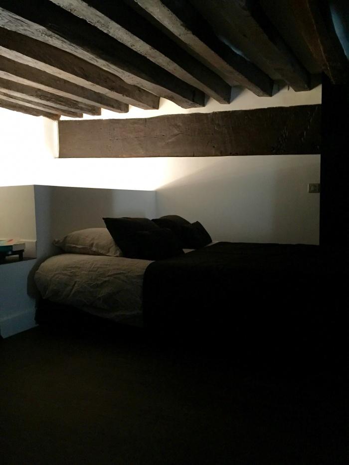 appartement - Paris, le Marais : chambre à coucher en mezzanine sous poutres